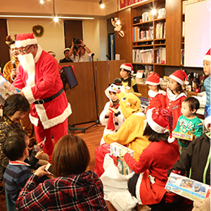 昨年のクリスマス家族会で、五十嵐サンタさんが子供達にプレゼントを配っている様子です!